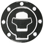 Διακοσμητική τάπα βενζίνης αυτοκόλλητη Carbon Look Suzuki. Mε 7 τρύπες.